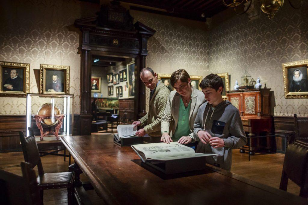 Bezoekers in het Museum Plantin en Moretus, Antwerp